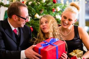 Familie an Heiligabend mit Weihnachtsgeschenken